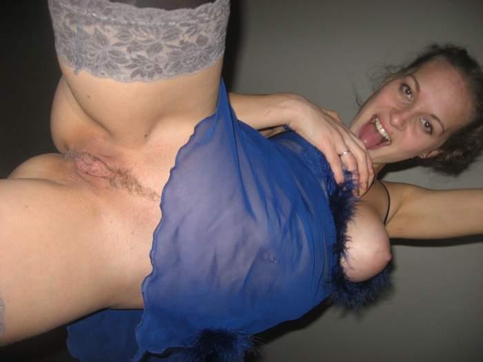 Замужняя мамка в чулках раздвигает ноги в постели 6 фото