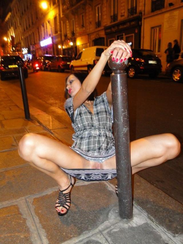 Стройная давалка демонстрирует пилотку в публичных местах 17 фото
