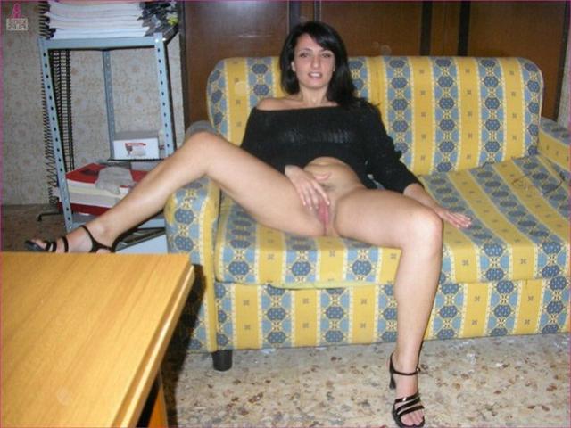 Муж снимает голую жену, позирующую на съемной квартире 4 фото