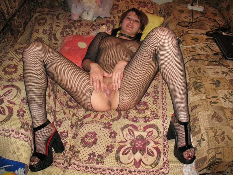 Домашняя обнаженка с длинноногой славянкой в красных чулках 5 фото