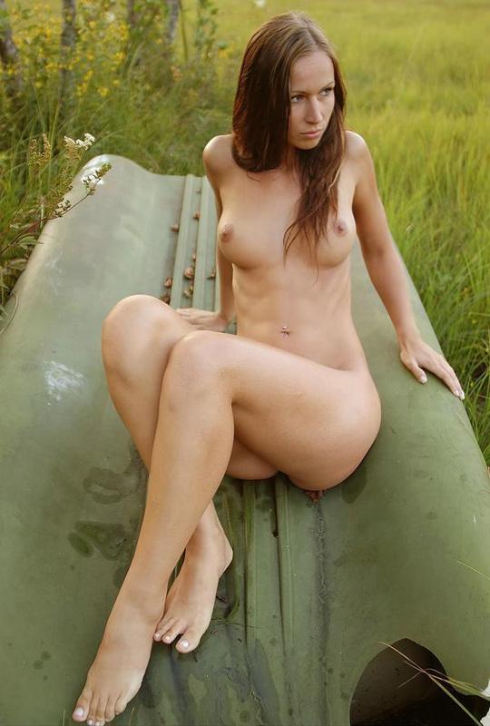 Милашка сексуально двигается у водоема, сверкая титьками 10 фото