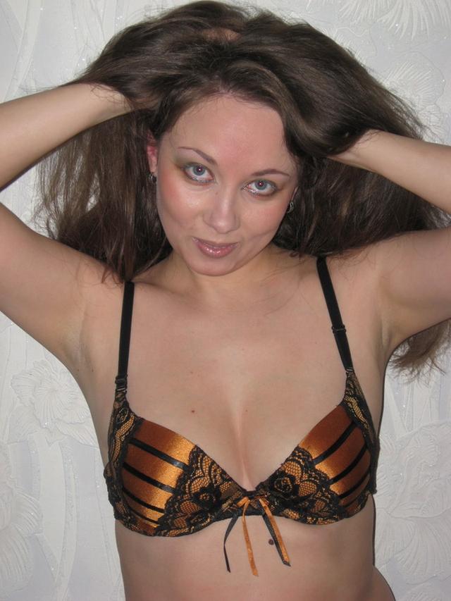 Давалка засунула плетку в пизду, а затем уселась ею на пенис 2 фото