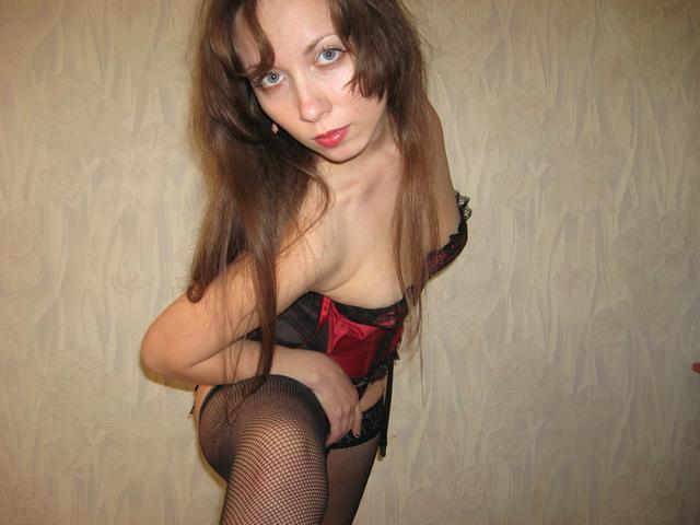 Давалка засунула плетку в пизду, а затем уселась ею на пенис 3 фото