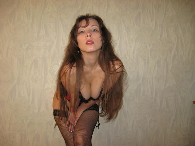Давалка засунула плетку в пизду, а затем уселась ею на пенис 5 фото