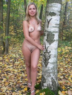Деревенская девка разделась в осеннем лесу