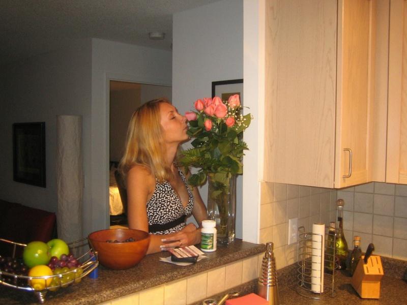 Милфа с силиконовыми сиськами раздевается перед мужем 2 фото