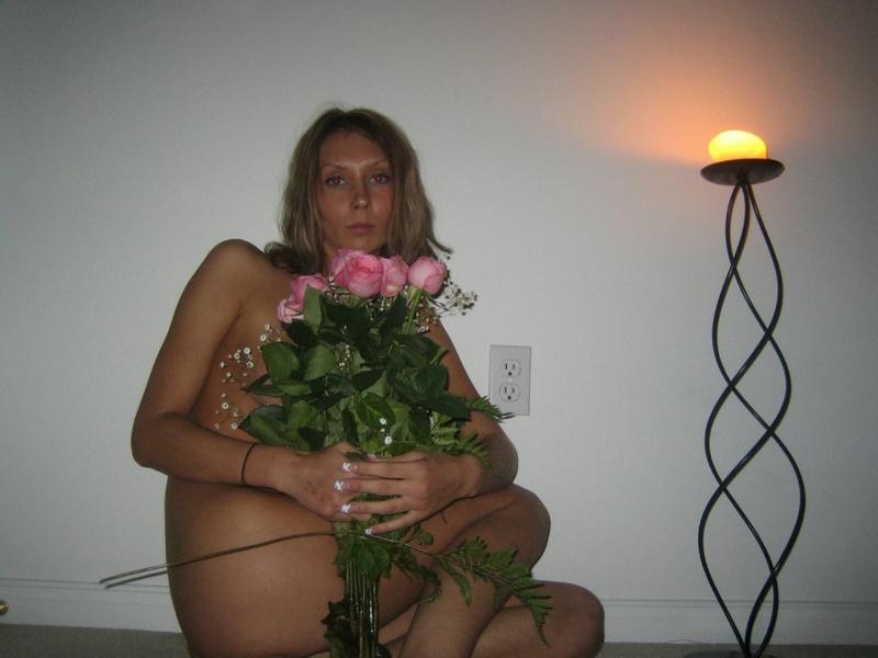 Милфа с силиконовыми сиськами раздевается перед мужем 7 фото