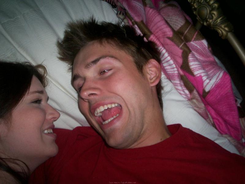 Молодая пара снимает свой секс в стиле догги-стайл 6 фото
