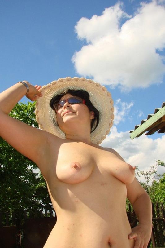 Зрелая дама оголила небольшие сиськи на природе 2 фото