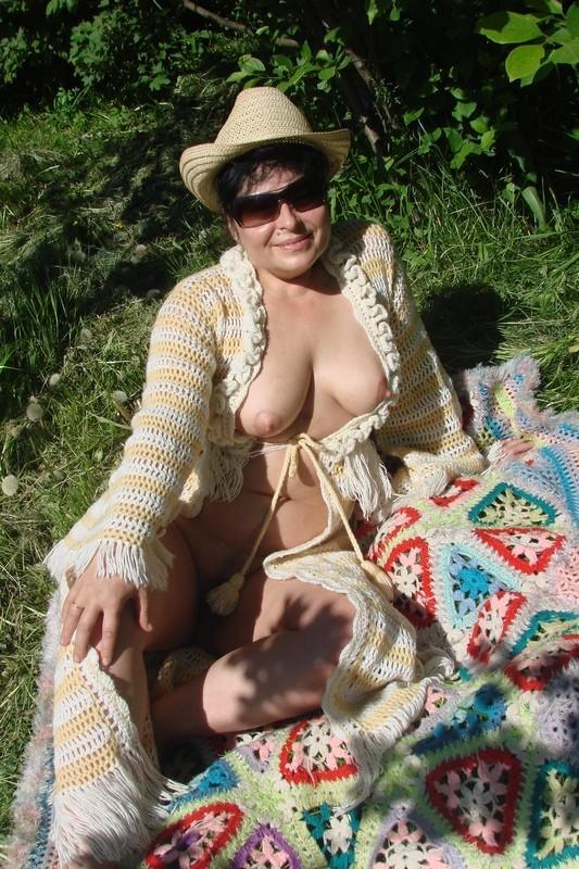 Зрелая дама оголила небольшие сиськи на природе 1 фото