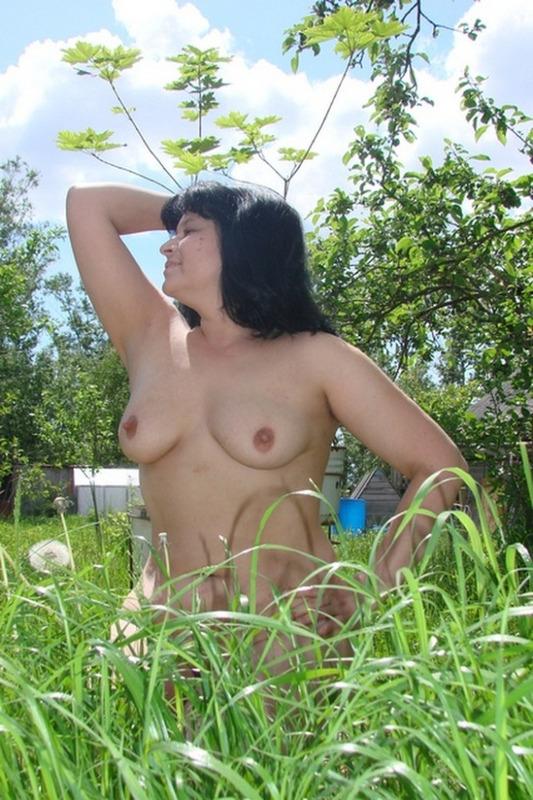 Зрелая дама оголила небольшие сиськи на природе 3 фото