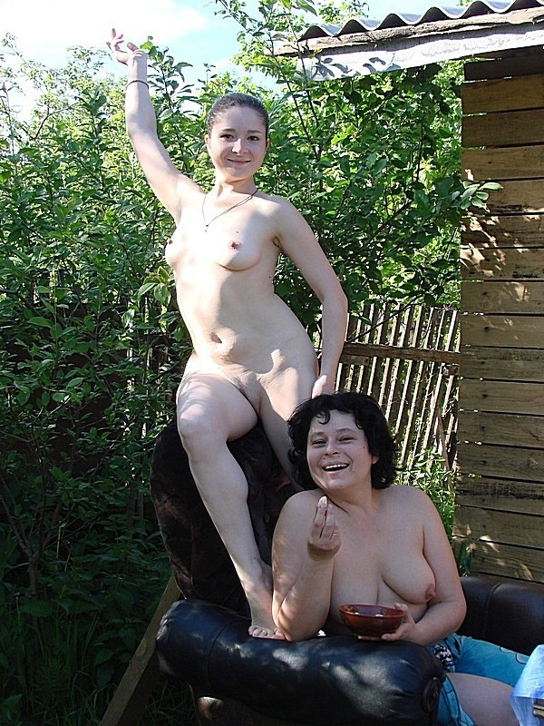Зрелая дама оголила небольшие сиськи на природе 9 фото
