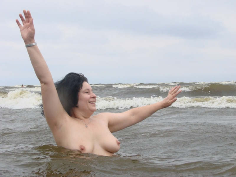 Зрелая дама оголила небольшие сиськи на природе 15 фото