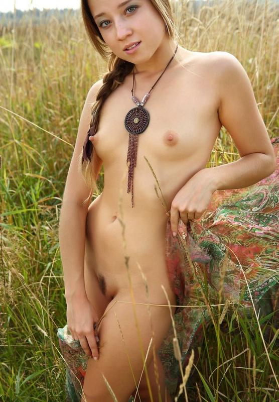Русская красотка Таиссия Шанти шалит в поле 2 фото