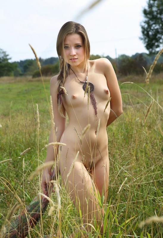 Русская красотка Таиссия Шанти шалит в поле 9 фото