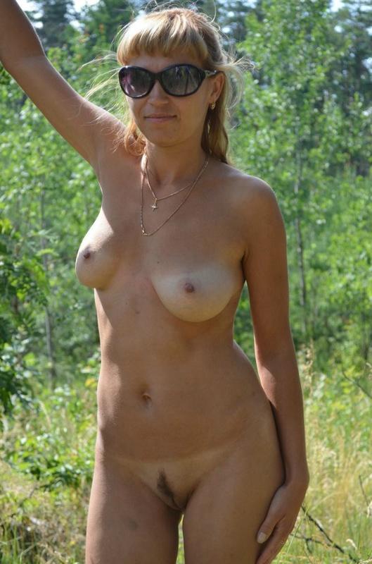 Полногрудая сучка разделась в поле догола 13 фото
