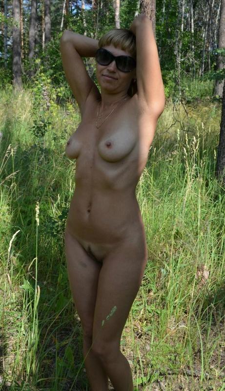 Полногрудая сучка разделась в поле догола 12 фото
