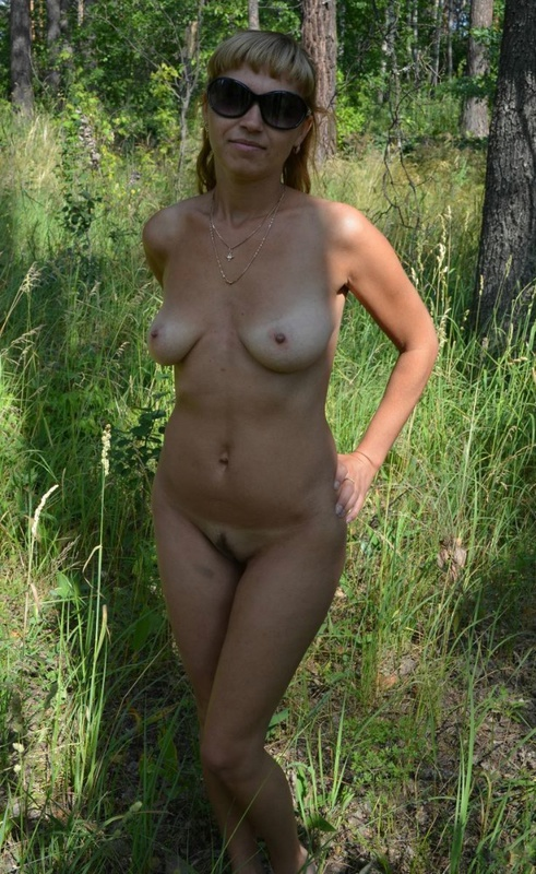 Полногрудая сучка разделась в поле догола 6 фото