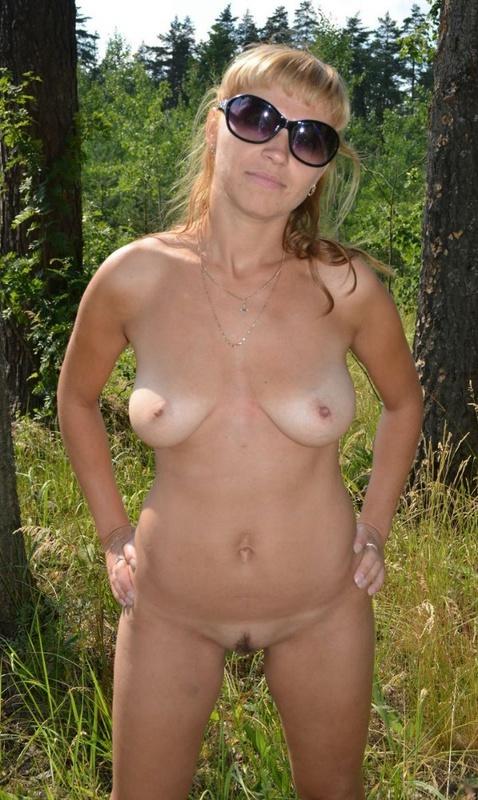 Полногрудая сучка разделась в поле догола 7 фото