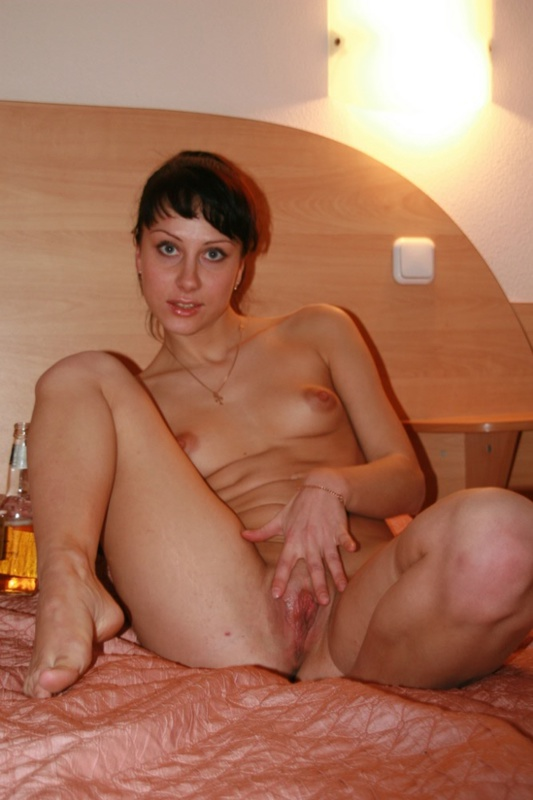 Молодая жена раздевается в спальне 11 фото