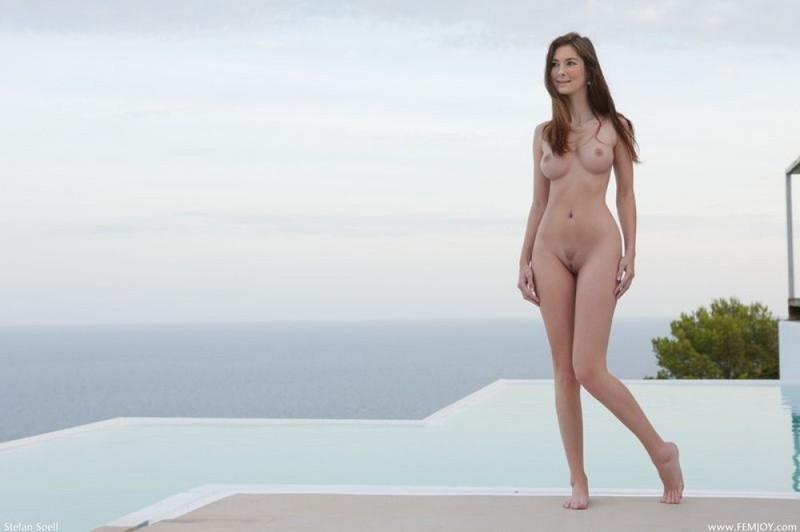 Модель с пирсингом в пупке голышом позирует на лоджии 15 фото