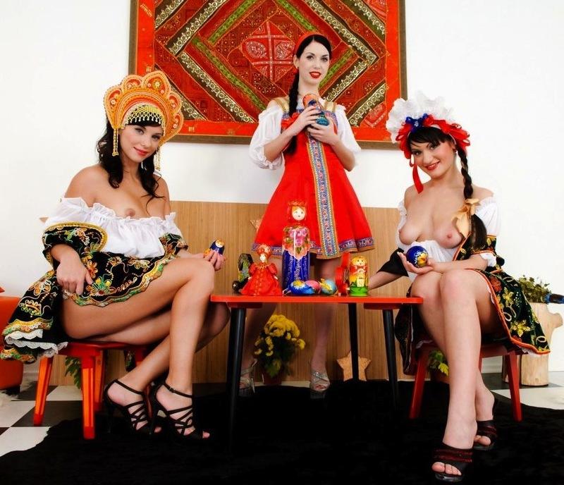 Русские красавицы засовывают матрешки в анальные дырки 1 фото