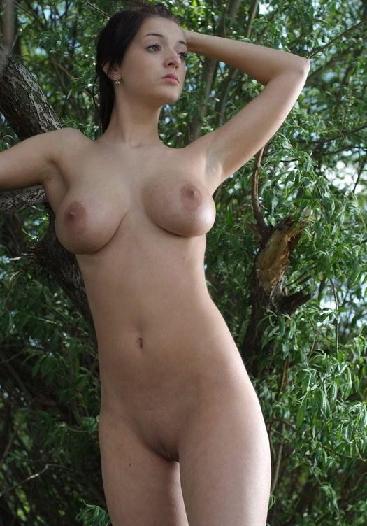 Шальная брюнетка с большими сиськами на природе 16 фото