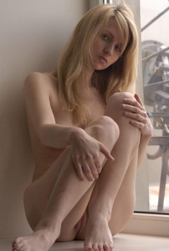 Нежная и молодая девушка позирует без одежды одна