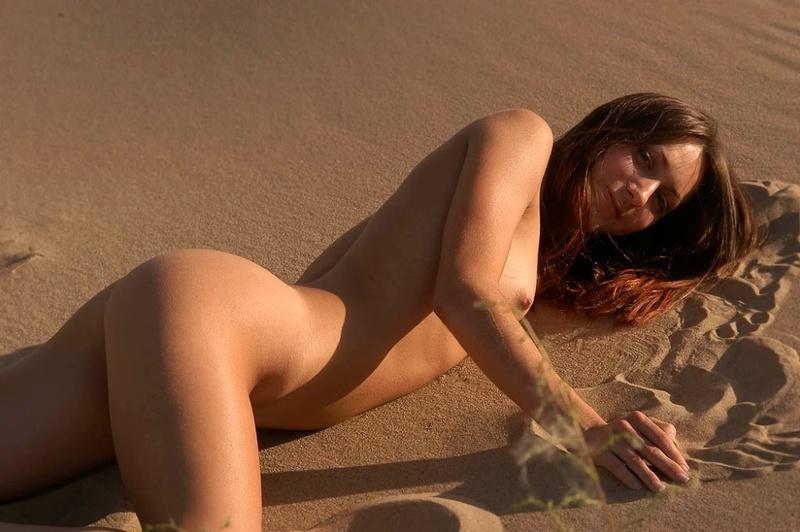 Голая молодуха позирует на песке 9 фото
