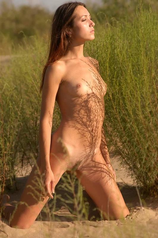 Голая молодуха позирует на песке 3 фото