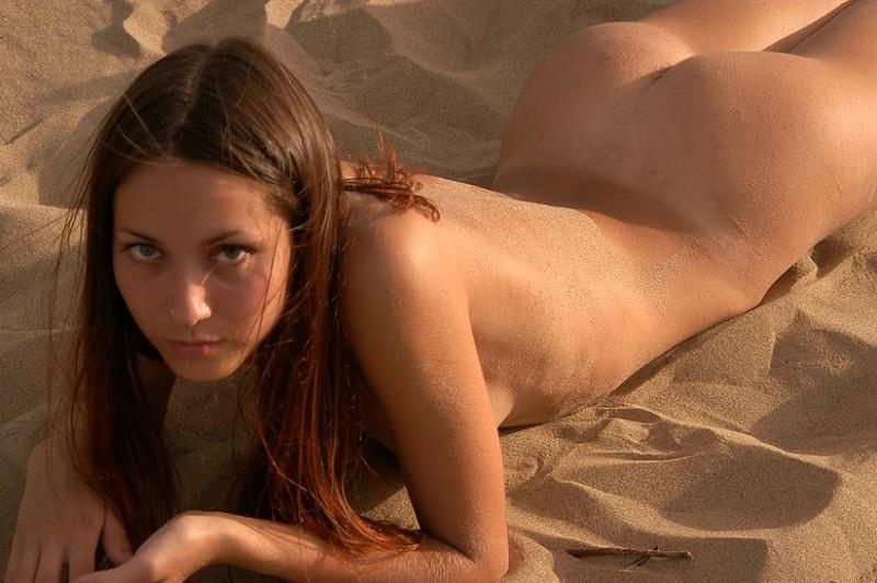 Голая молодуха позирует на песке 19 фото