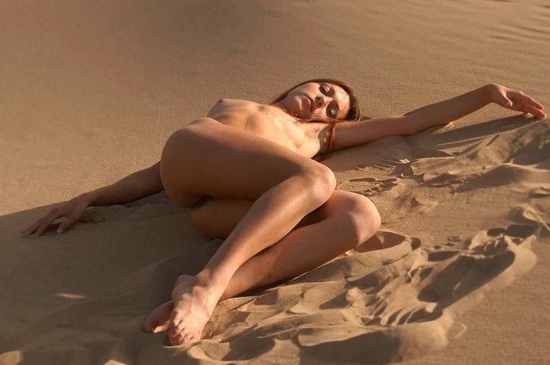 Голая молодуха позирует на песке 13 фото