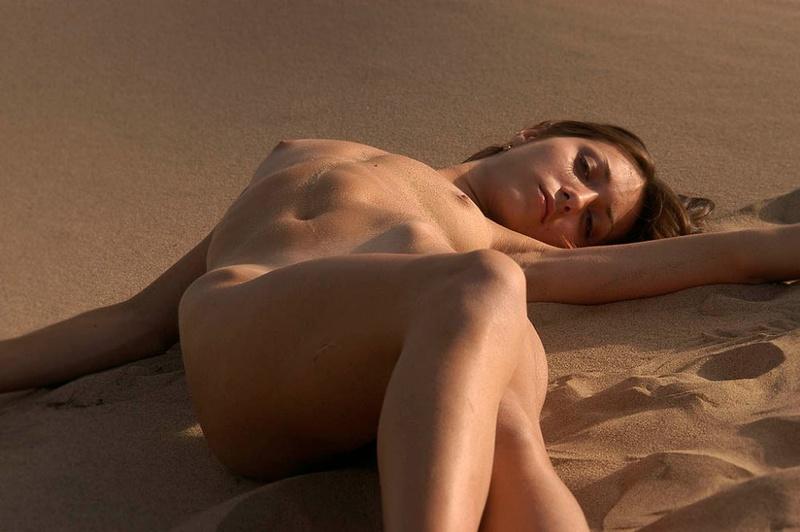 Голая молодуха позирует на песке 14 фото