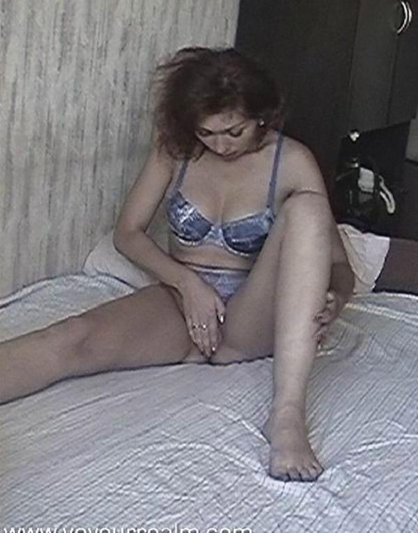 Мамаша сняла на кровати белье и ласкает пилотку 2 фото