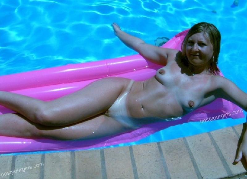 Зрелая баба купается голышом в домашней бассейне 7 фото
