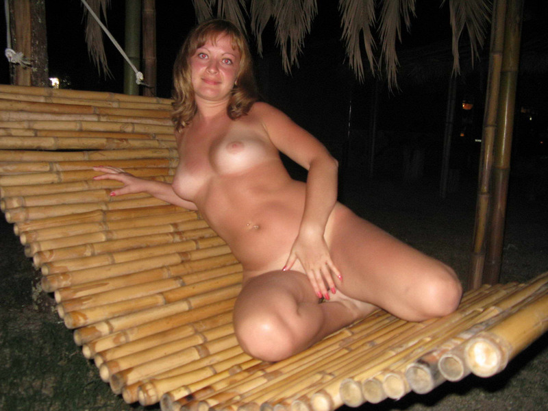 Загорелая россиянка с грудью 3-го размера на отдыхе в Крыму 4 фото