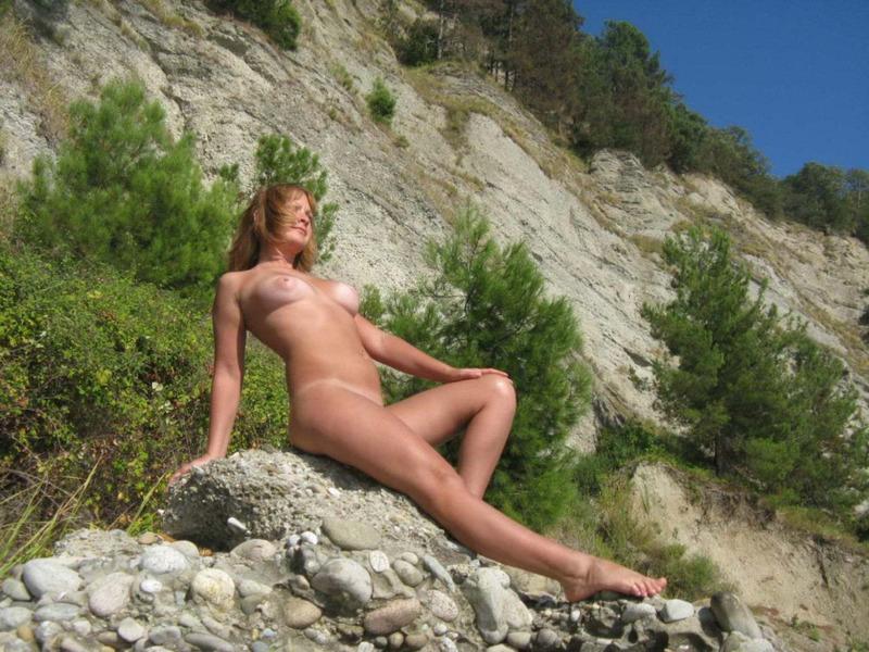 Загорелая россиянка с грудью 3-го размера на отдыхе в Крыму 20 фото