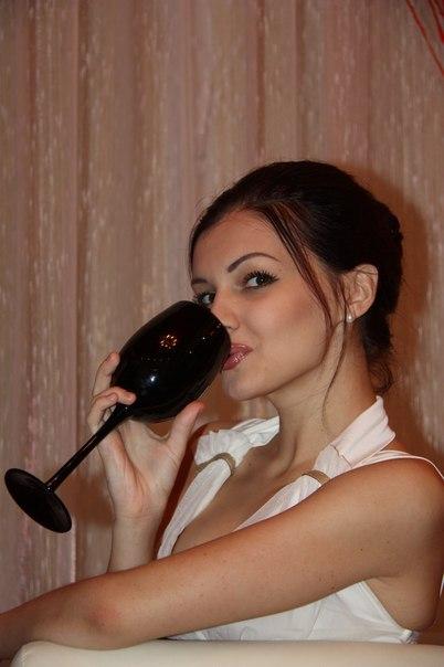 Красивая брюнетка пьет вино и ждет мужа 2 фото