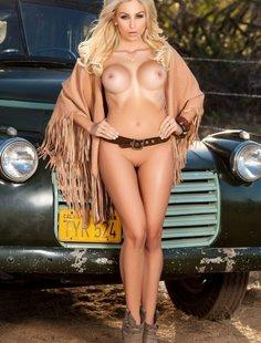 Качественная фотосессия красивой блондинки у автомобиля