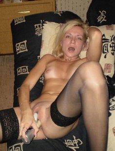 Сладкая блондинка позирует и дрочит писю игрушкой
