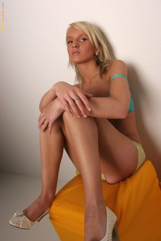 Терпеливая блондинка в нижнем белье 23 фото