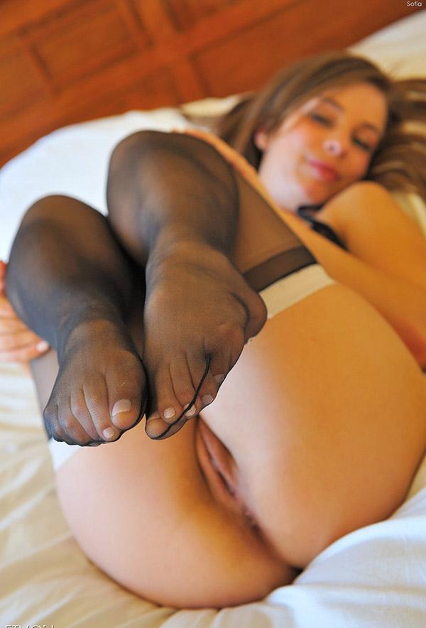 Шикарная служанка раздвинула ножки для Вас 7 фото