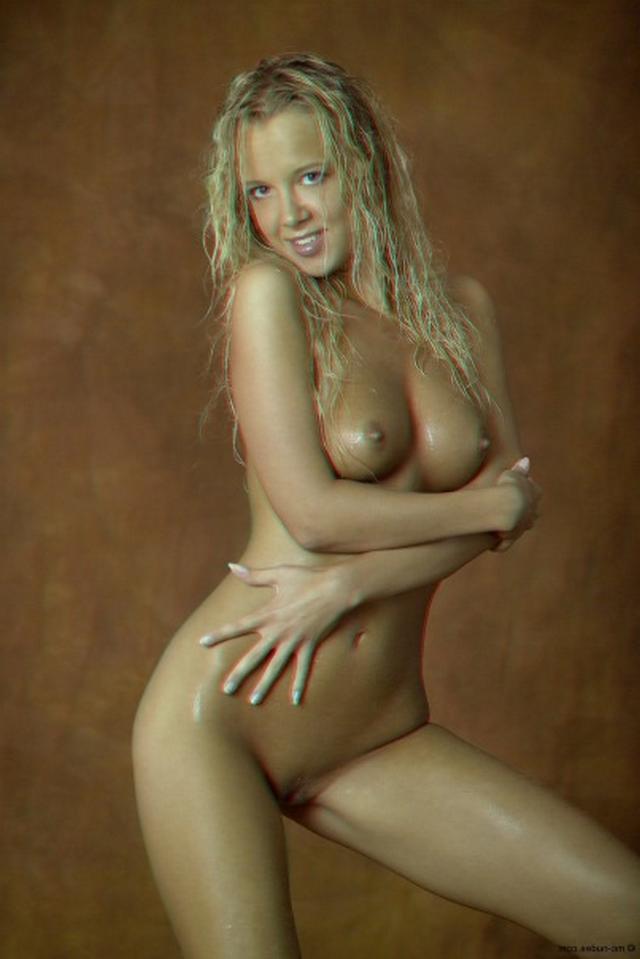 Красивая блондинка намазалась маслом и оголилась 1 фото
