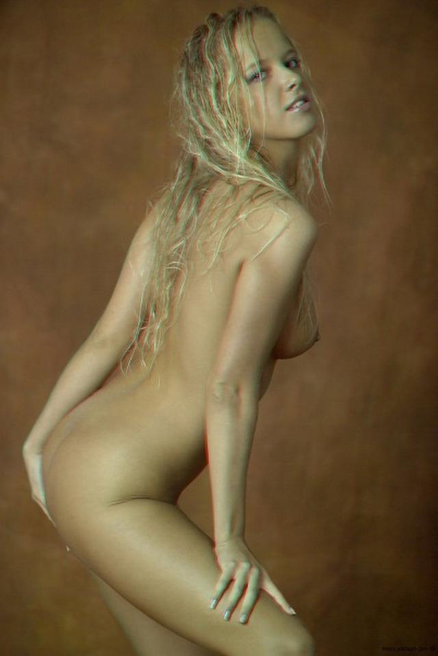 Красивая блондинка намазалась маслом и оголилась 2 фото