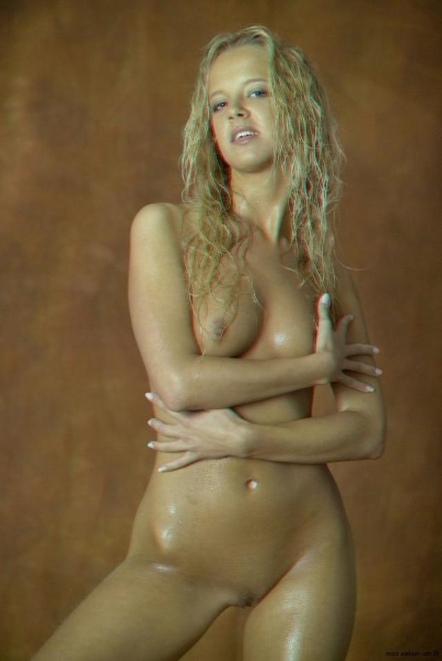 Красивая блондинка намазалась маслом и оголилась 20 фото