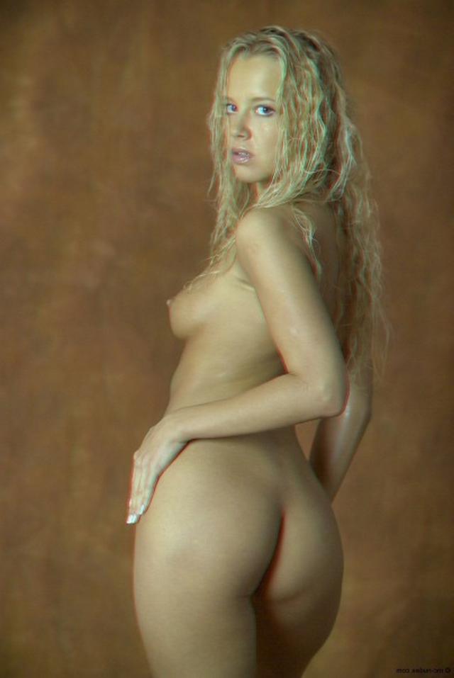 Красивая блондинка намазалась маслом и оголилась 7 фото