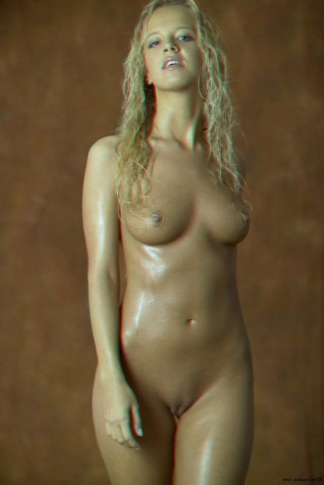 Красивая блондинка намазалась маслом и оголилась 9 фото