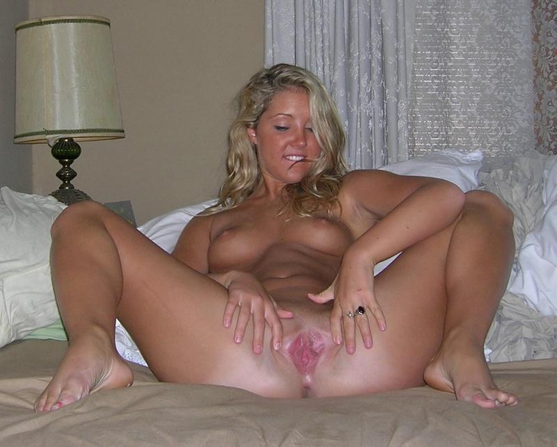 Голая красотка от души мастурбирует киску 2 фото