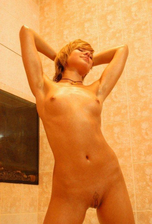 Молодая деваха хвастается приемом домашней ванны 7 фото