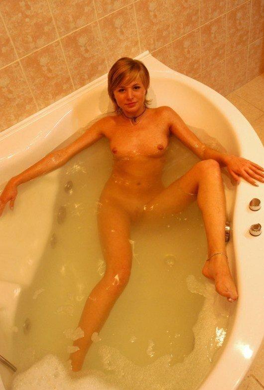 Молодая деваха хвастается приемом домашней ванны 1 фото